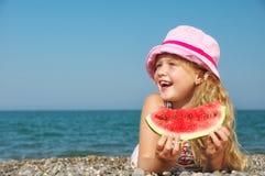 Kind auf dem Meer mit Wassermelone Lizenzfreie Stockbilder