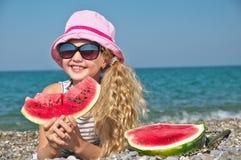 Kind auf dem Meer mit Wassermelone lizenzfreies stockbild