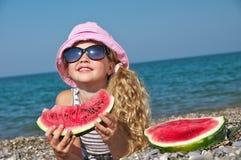 Kind auf dem Meer mit Wassermelone lizenzfreies stockfoto