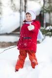 Kind auf dem Schnee Stockfoto