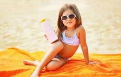 Kind auf dem Strand im Sommer Lizenzfreie Stockfotos