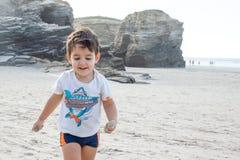 Kind auf dem Strand lizenzfreie stockfotos