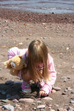 Kind auf dem Ufer Stockfotos