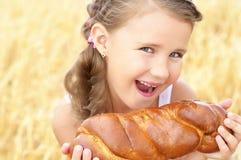 Kind auf dem Weizengebiet lizenzfreie stockfotografie