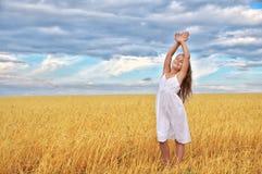 Kind auf dem Weizengebiet stockfotografie