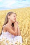 Kind auf dem Weizengebiet lizenzfreies stockbild