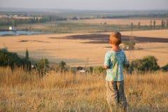 Kind auf der Wiese Stockfotos