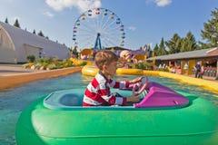 Kind auf einem aufblasbaren Boot Stockfoto