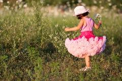 Kind auf einem Blumengebiet Lizenzfreies Stockbild