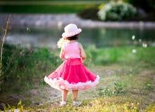 Kind auf einem Blumengebiet Stockfoto