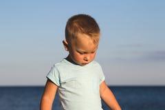 Kind auf einem Strand im Sonnenunterganglicht Lizenzfreie Stockfotografie