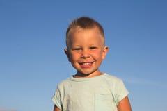 Kind auf einem Strand im Sonnenunterganglicht Stockfotos