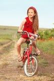 Kind auf Fahrrad Stockbild