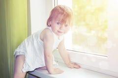 Kind auf Fenster Lizenzfreie Stockfotos