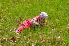 Kind auf Gras Stockbild