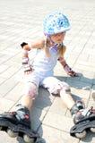 Kind auf Inline-Rollerbladerochen Stockfotografie
