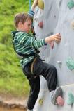 Kind auf Kletterwand stockfotografie