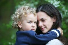 Kind auf Mutterhänden. Lizenzfreie Stockfotografie