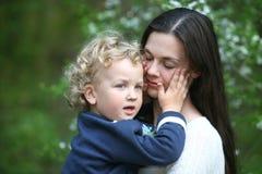 Kind auf Mutterhänden. Stockfotos