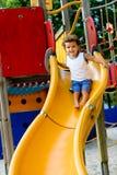 Kind auf Plättchen Stockfoto