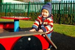 Kind auf playgroud stockfotos