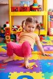 Kind auf Puzzlespiel mit Block im Spielzimmer. Lizenzfreie Stockbilder