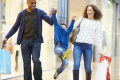 Kind auf Reise zum Einkaufszentrum mit Eltern Lizenzfreies Stockfoto