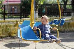 Kind auf Retro- Karussell Stockbilder