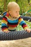 Kind auf rundem Schwingen stockfoto