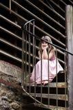 Kind auf Schmutztreppenhaus Stockfotografie