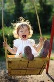 Kind auf Schwingen stockbild