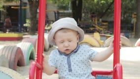 Kind auf Schwingen stock footage