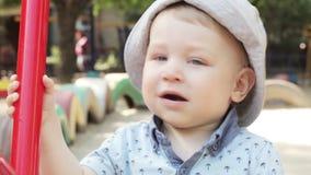Kind auf Schwingen stock video
