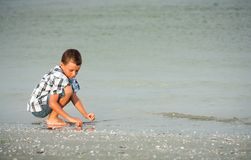 Kind auf Seeufer Stockfotografie