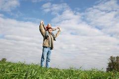 Kind auf sholders des Vaters Stockbild