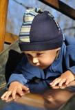 Kind auf Slipway Stockbilder