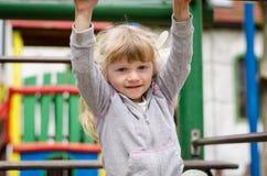 Kind auf Spielplatz Lizenzfreies Stockfoto