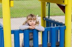 Kind auf Spielplatz Stockfotografie