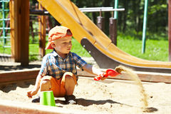 Kind auf Spielplatz Stockfoto