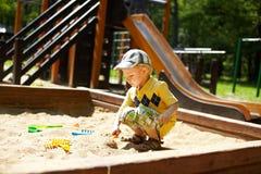 Kind auf Spielplatz im Sommerpark Stockfotografie