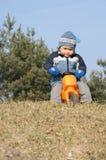 Kind auf Spielzeugmotorrad Stockbild