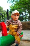 Kind auf ständigem Schwanken Stockfotografie
