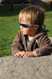 Kind auf Stein Lizenzfreie Stockfotos