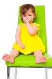Kind auf Stuhl Stockbild