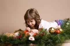 Kind auf Vorabend von Weihnachten Stockfotos