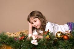 Kind auf Vorabend von Weihnachten Stockfoto