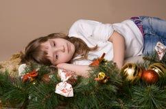 Kind auf Vorabend von Weihnachten Stockbild