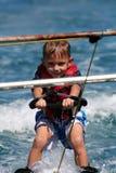 Kind auf waterskis Lizenzfreie Stockbilder