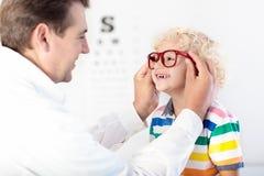 Kind an Augenanblick-Test Kind an optitian Eyewear für Kinder Lizenzfreie Stockfotos