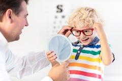 Kind an Augenanblick-Test Kind an optitian Eyewear für Kinder Stockfotos
